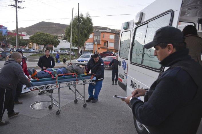 El adulto mayor es trasladado en ambulancia a la guardia del Hospital Regional.