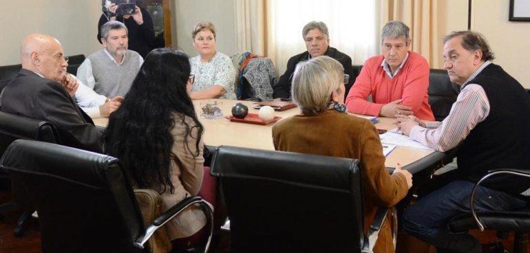 El intendente Carlos Linares firmó ayer convenios de actualización de aranceles