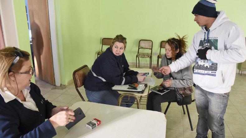 Habitantes de Las Américas se acercaron a la Vecinal del Amaya para regularizar su situación ante Migraciones.
