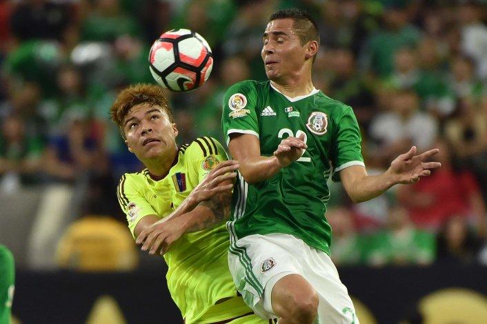Adalberto Peñaranda disputa el balón con el mexicano Paul Aguilar en el partido jugado anoche en Houston.