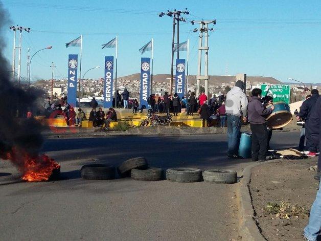 Máxima tensión en Caleta: municipales cortan Ruta 3 y hay más de 200 gendarmes
