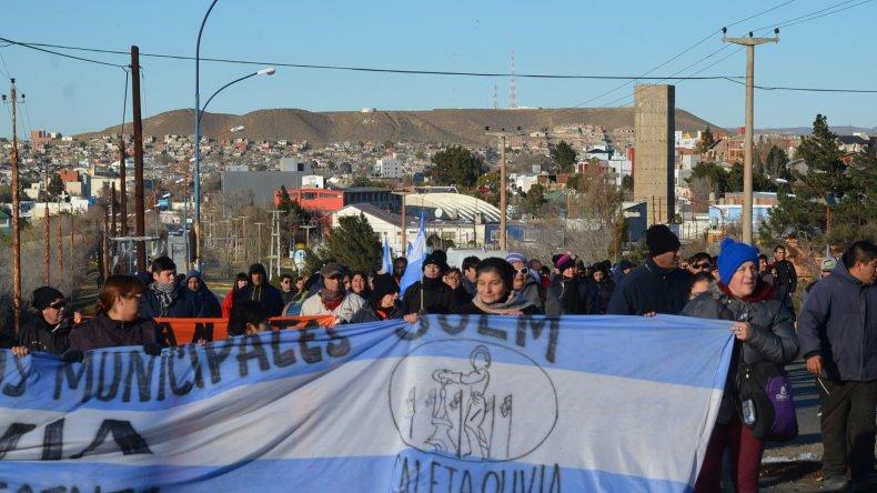 Los trabajadores municipales optaron por plantar el bloqueo en la rotonda ubicada frente a la playa de tanques de Termap