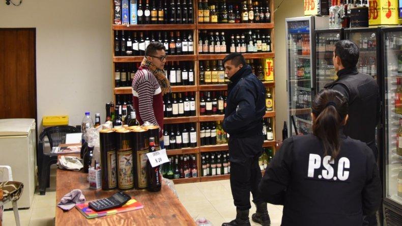 Efectivos de la Seccional Primera de Policía llevan adelante las investigaciones por el cuarto asalto en la vinoteca El Roble.