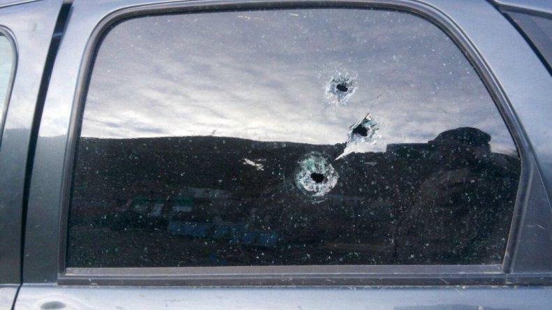 Un vehículo estacionado en el sector sufrió las consecuencias del enfrentamiento armado entre bandas.