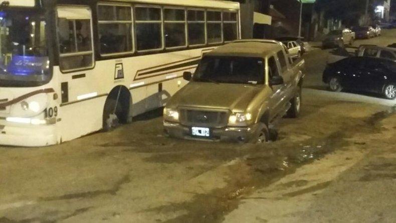 En la trampa: el colectivo y la camioneta se hundieron en forma paralela en los baches mal tapados de la Dorrego el mes pasado.<br>