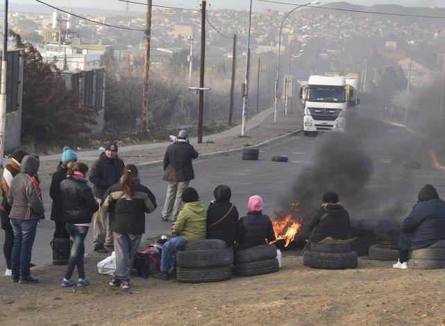 Ayer se redujo el número de trabajadores municipales que bloquearon la rotonda ubicada frente a Termap. Algunos camiones quedaron inmovilizados