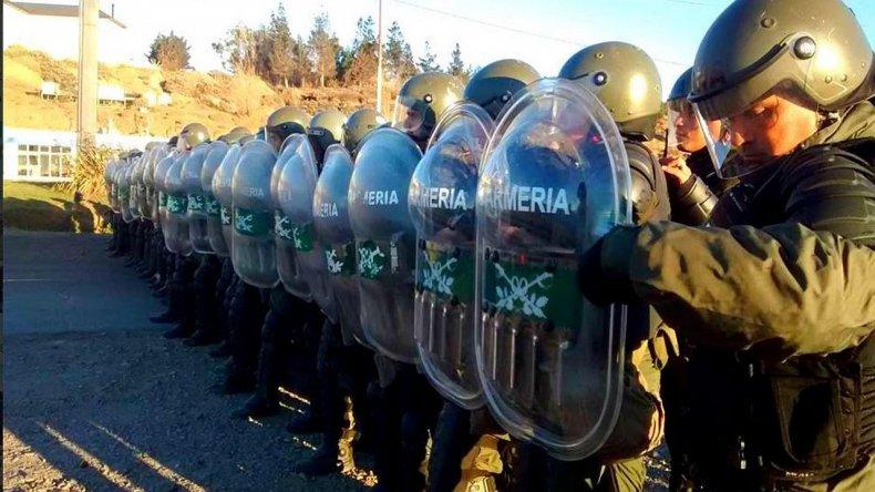 Municipales denuncian represión y resisten el desalojo de Gendarmería