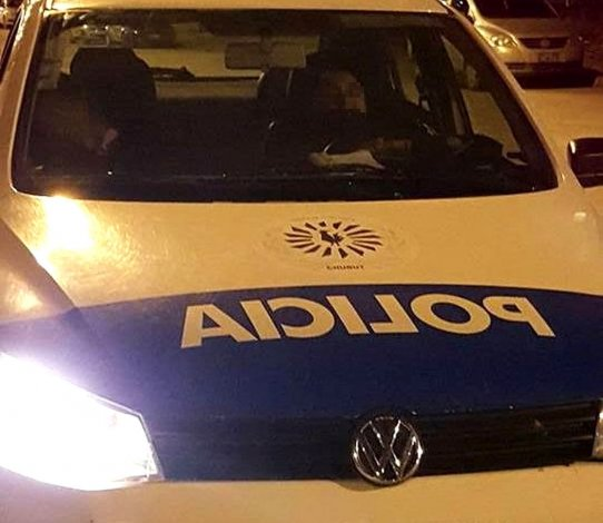Dos policías dormían en un patrullero cerca de una escuela y se analizan las sanciones