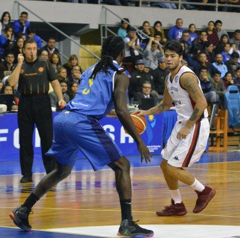 Gustavo Penka Aguirre con el balón ante la marca de Torin Francis.