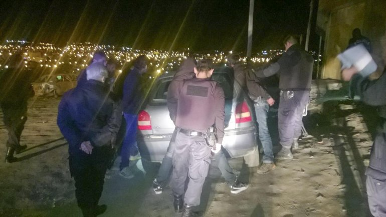Los tres ocupantes del VW Gol fueron detenidos en Rivadavia al 4.000 con un arma en su poder.