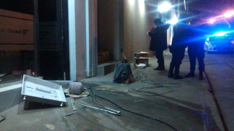 La policía actúa en el lugar apenas minutos después que los ladrones huyeron con las manos vacías.