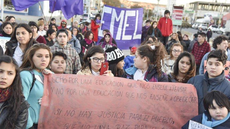 Alumnos de distintos establecimientos educativos se concentraron en la plazoleta del Gorosito