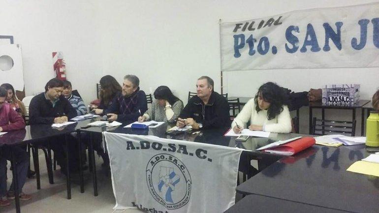 Los paritarios de las distintas filiales de ADOSAC de la provincia decidían anoche si aceptaban la oferta salarial del gobierno provincial.