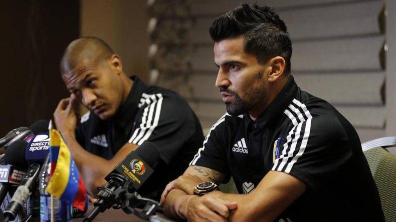 Los venezolanos Tomás Rincón y Salomón Rondón durante la conferencia de prensa que brindaron ayer de cara al partido de mañana ante Argentina.