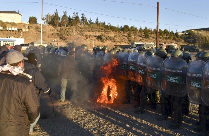 En el fragor de la lucha volaron piedras y los manifestantes arrojaron neumáticos encendidos contra las tropas de Gendarmería.