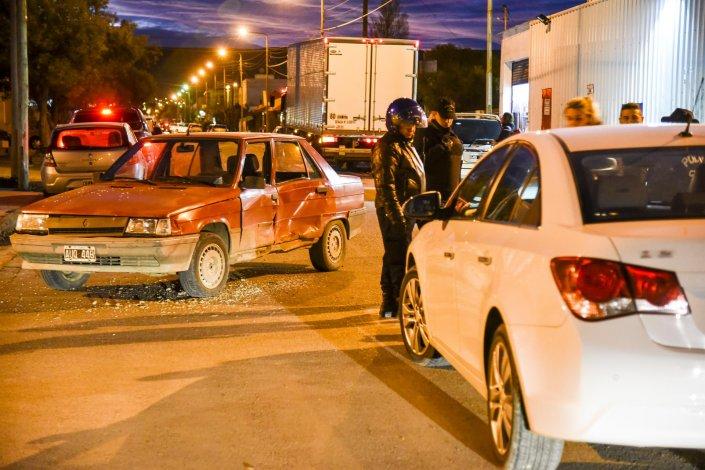 La policía realiza las actuaciones del fuerte choque registrado en el barrio Roca.