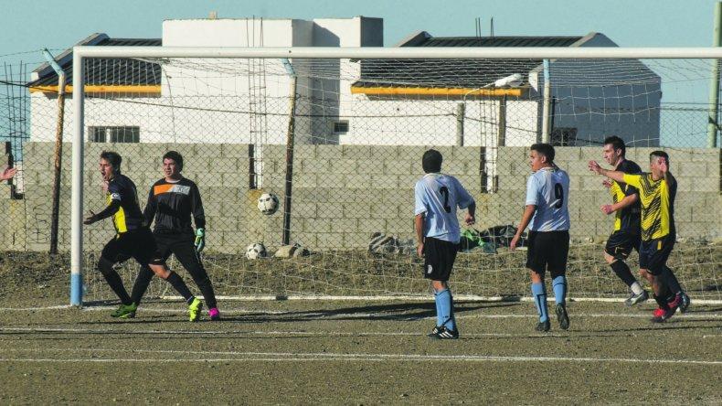 Francisco Kruger anota y festeja el primer gol de la tarde
