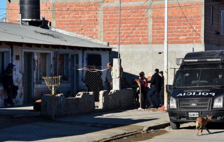 Detienen a presuntos asaltantes de taxista y allanan domicilios