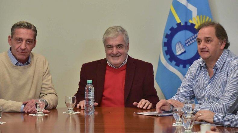 Das Neves firmó ayer el contrato para la construcción de la obra de gas del barrio Los Arenales. Estuvieron el vicegobernador Arcioni y el intendente Carlos Linares.