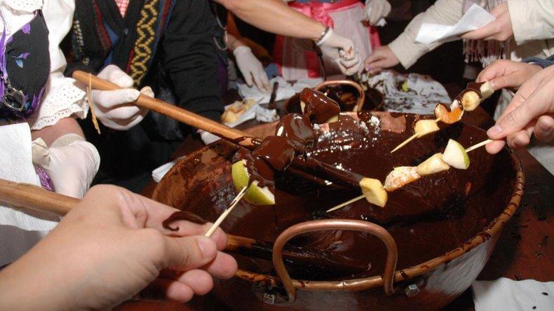 El momento más esperado es cuando se disfruta de las brochettes bañadas en chocolate caliente.