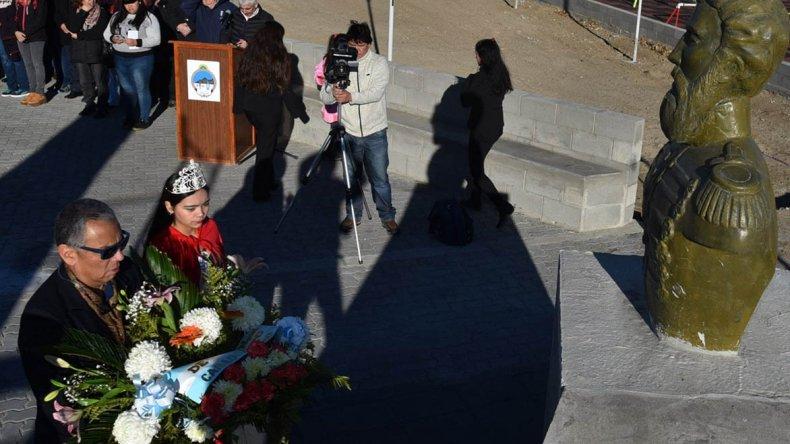Vecinos de Cañadón Seco rindieron su homenaje a Martín Miguel de Güemes junto al busto que perpetúa su memoria.
