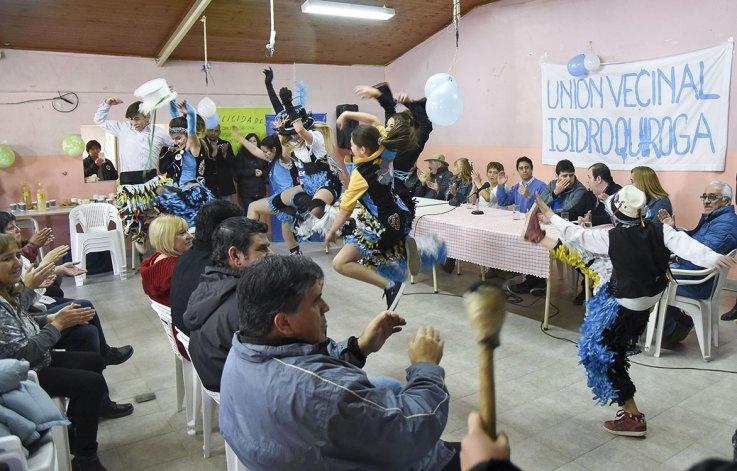 La murga Los caprichosos del Carnaval abrieron el acto de asunción de autoridades en el Isidro Quiroga.