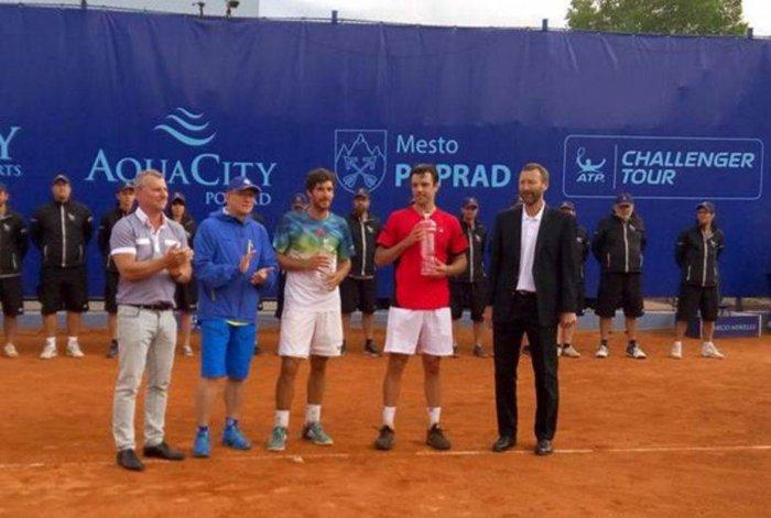 Horacio Zeballos y Gerard Melzer durante la premiación ayer en Eslovaquia.