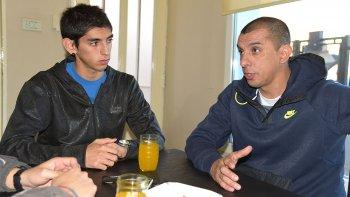 Gastón y Hugo en el hogar de barrio Ceferino, donde hablaron acerca del rol padre e hijo y la importancia de perseguir sueños.