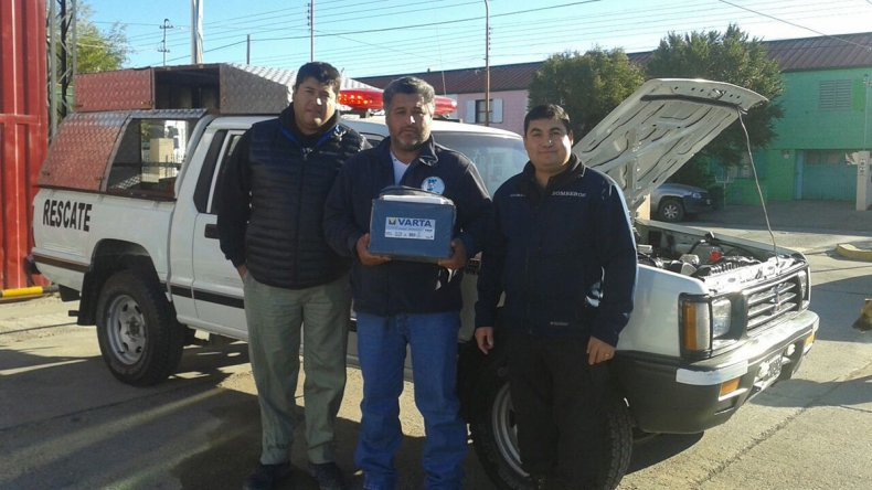 La Mutual de Petroleros Jerárquicos donó una batería a los Bomberos de Pico Truncado.