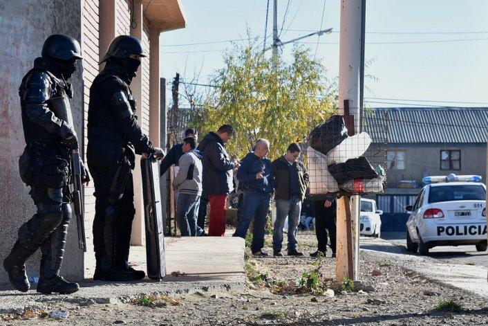 Una de las viviendas allanadas ayer por la policía está ubicada en el barrio Koltum.
