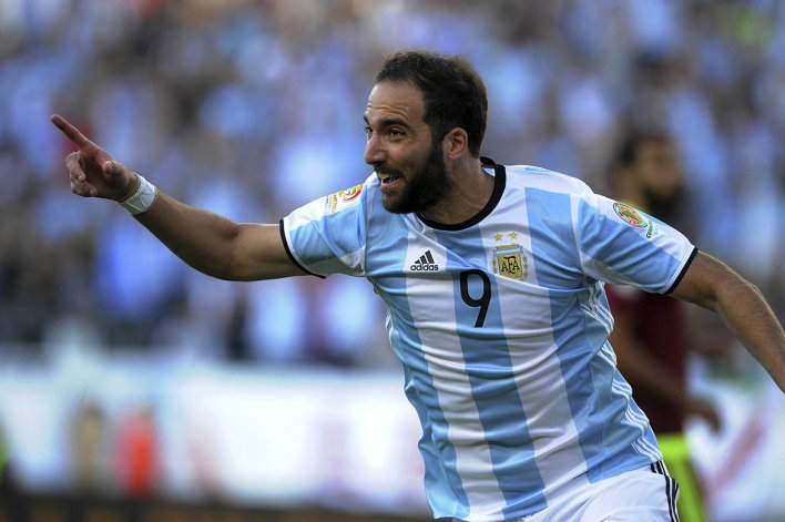 Gonzalo Higuaín convirtó anoche dos goles en el triunfo argentino ante Venezuela en Boston.