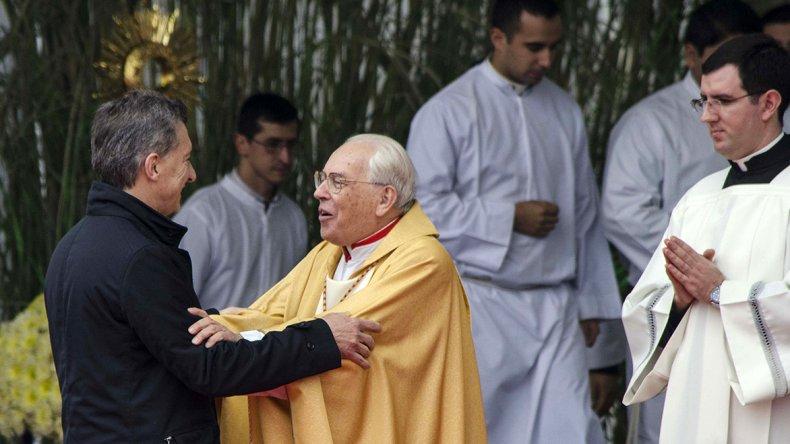 El presidente Mauricio Macri saluda al cardenal Giovanni Battista Re.