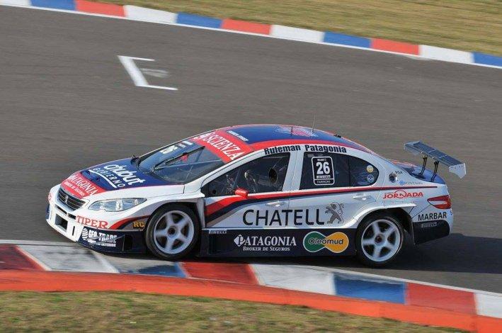 El Peugeot 408 del comodorense Luciano Farroni durante la competencia de ayer que se corrió en el circuito de Termas de Río Hondo.