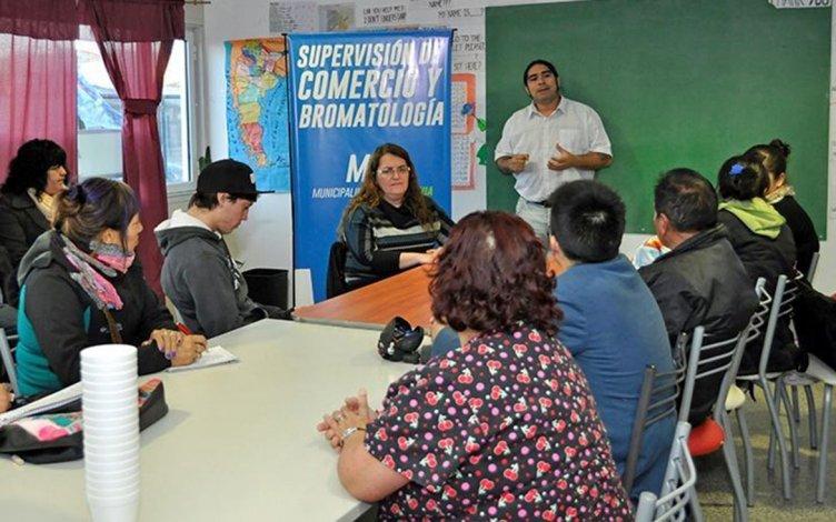 El titular del área municipal de Comercio y Bromatología brindó la charla sobre manipulación de alimentos a 20 alumnos que asisten a la EDJA 16.