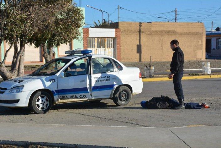 Uno de los individuos que minutos antes había robado en una vivienda fue reducido por efectivos de la Seccional Tercera de Policía.