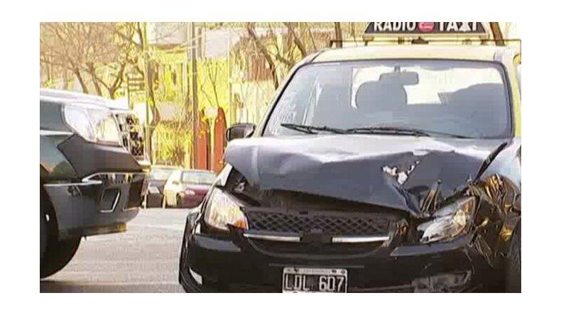 Un taxista chocó, escapó y volvió a chocar