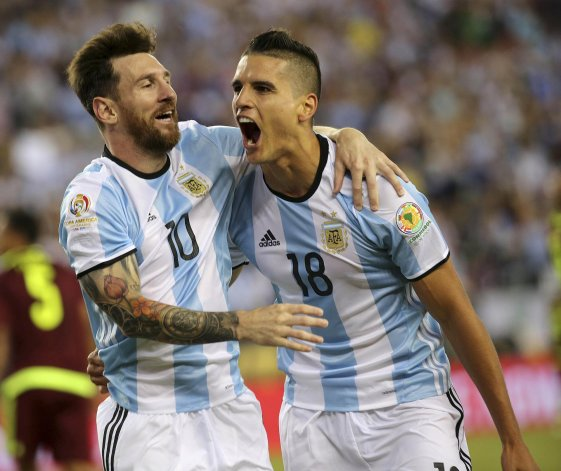 Erik Lamela festeja con Lionel Messi el gol que le marcó a Venezuela.