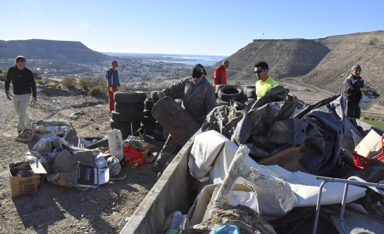 Casi 30 corredores estuvieron juntando basura que otros particulares tiran en diferentes puntos de los cerros de Km 3.