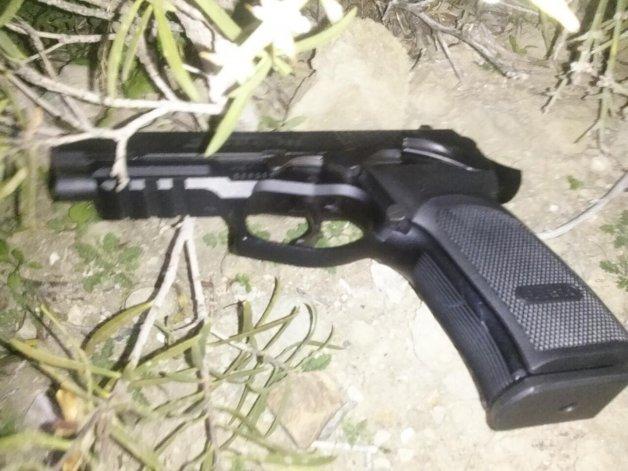 La pistola semiautomática fue hallada entre arbustos cuando Daniel Lempi era perseguido por la policía.