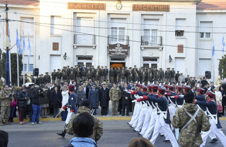 El acto contempló un breve desfile frente a las instalaciones del Comando.