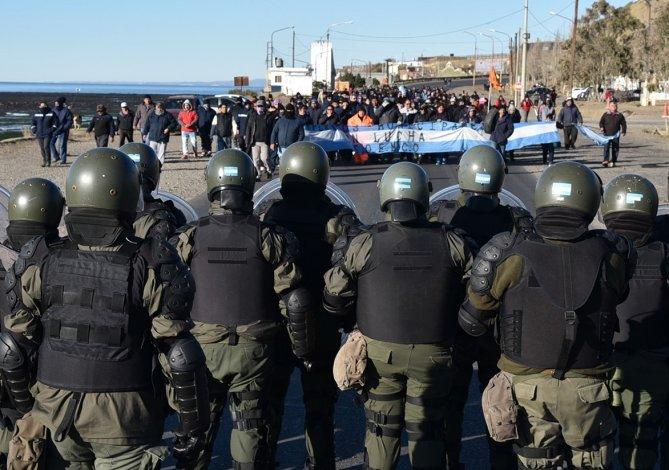 Trabajadores municipales y tropas de Gendarmería volvieron a estar ayer frente a frente.