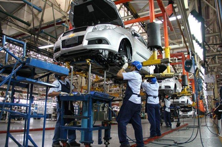 La industria automotriz es la que más se contrajo en el período analizado.