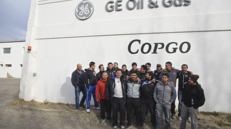 Los trabajadores de Copgo de paro ayer en la base del barrio Industrial.