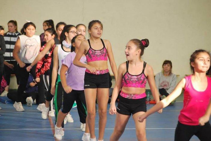 Las chicas están listas para una nueva coreografía de gimnasia aeróbica.