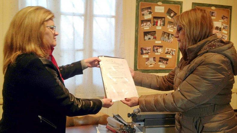 La concejal Norma Contreras y la directora del jardín Nuri Asencio.