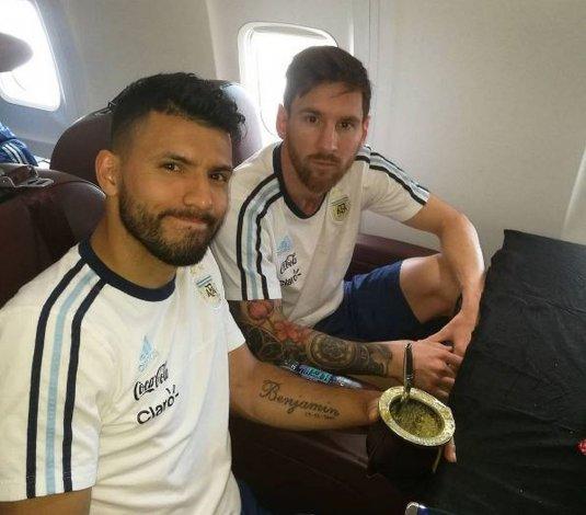 Messi y Agüero viajaron en un micro y sin cenar