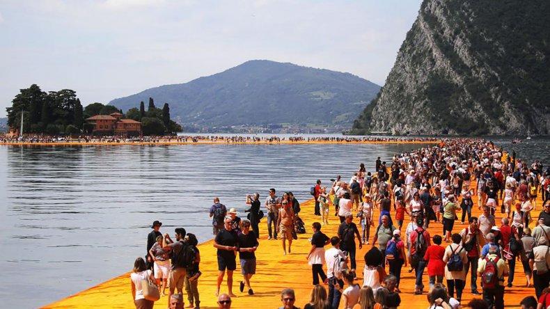 Una obra de arte que permite caminar sobre el agua