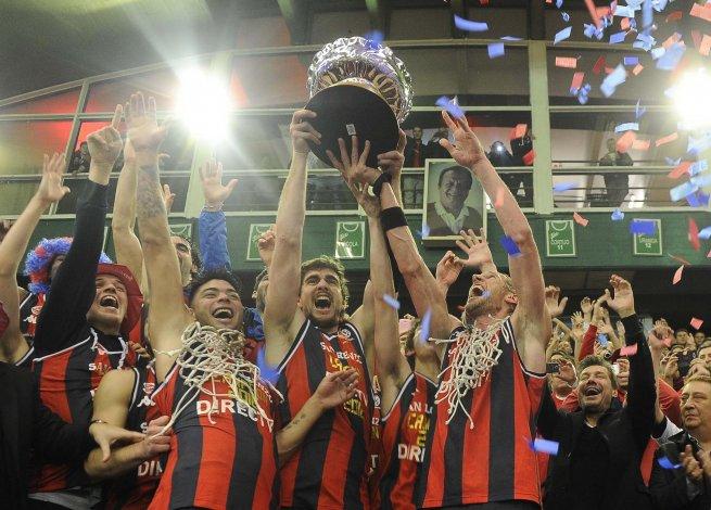 Todo San Lorenzo festeja su primer título de Liga Nacional de Básquetbol.