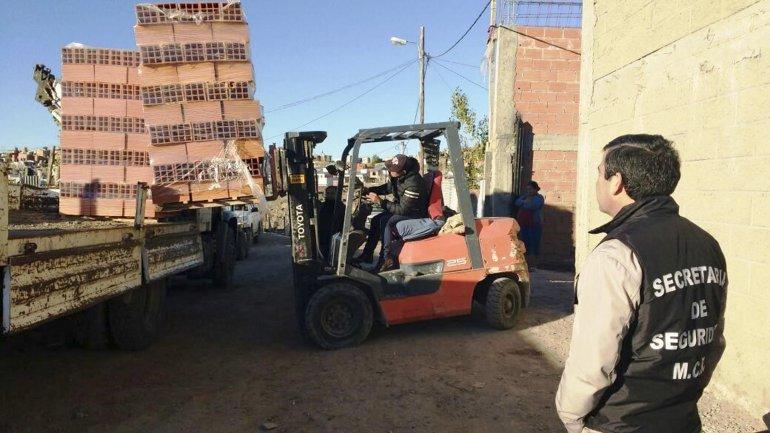 Personal de la Secretaría de Seguridad junto a la Dirección de Habitaciones Comerciales decomisó materiales de construcción en una vivienda del barrio Moure.