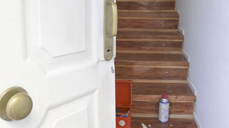 La puerta destrozada a patadas por el ladrón que a las pocas horas recuperó la libertad.